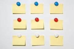 Den gula stolpen knäppas det anmärkningen och magneten på whiteboard Arkivfoto