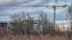 Den gula tornkranen på en bakgrund av moln royaltyfri foto