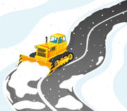 Den gula traktoren gör ren vägen från snö Arkivfoton