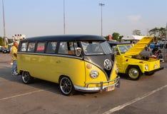 Den gula VW-skåpbilen och VW skriver 181 ägare som samlar på det volkswagen klubbamötet royaltyfria bilder