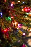 Den guld- bollen dekorerar julgranen royaltyfria foton