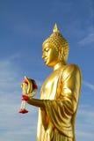 Den guld- Buddha statyn i Budhhamothon, Thailand Arkivfoto