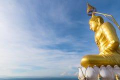Den guld- Buddha upptill av berget, Tiger Cave tempel, Kra Arkivfoton