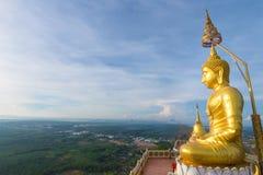 Den guld- Buddha upptill av berget, Tiger Cave tempel, Kra Royaltyfria Bilder