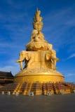 Den guld- buddhaen av det Emeishan maximumet. Arkivfoto
