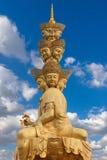 Den guld- buddhaen av det Emeishan porslinet 2015 Royaltyfria Foton