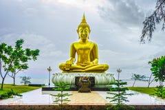 Den guld- Buddharupaen nära havet Royaltyfri Bild
