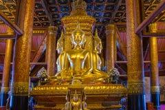 Den guld- Buddhastatyn i kyrka av Wat Phumin arkivbild