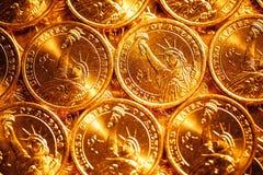 Den guld- dollaren myntar bakgrund Royaltyfria Bilder