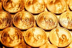 Den guld- dollaren myntar bakgrund Arkivfoton