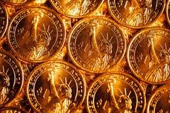 Den guld- dollaren myntar bakgrund Arkivfoto