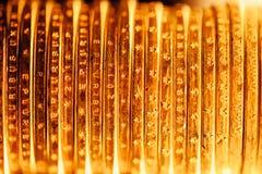 Den guld- dollaren myntar bakgrunden Arkivbilder
