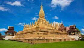 Den guld- eller stora Stupaen, Pha som Luang. Royaltyfria Bilder