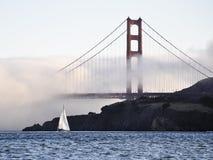 den guld- fartygbroporten seglar Arkivfoto