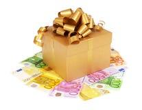 Den guld- gåvan boxas med pengar Arkivbilder