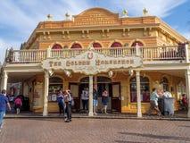 Den guld- hästskon i Frontierland på Disneyland parkerar arkivfoto