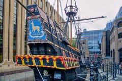 Den guld- Hind Galleon Ship i London Royaltyfria Foton