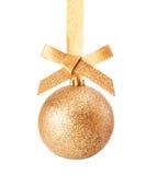 Den guld- julen blänker baublen Arkivbild