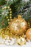 Den guld- julpilbågen och evegreen trädet Arkivfoto