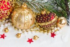 Den guld- julpilbågen och evegreen trädet Arkivbild