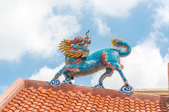 Den guld- Kina draken, kinesisk tempel i Thailand Arkivfoto