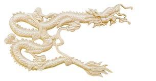 Den guld- kinesiska draken snider vit bakgrund för isolaten med clippi Arkivfoton
