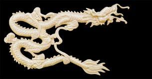 Den guld- kinesiska draken snider vit bakgrund för isolaten med clippi Royaltyfri Bild