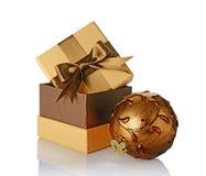 Den guld- klassiska gåvaasken med den bruna satängpilbågen och glass jul för tappning klumpa ihop sig Royaltyfri Bild