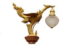Den guld- konstgåtafågeln, lyktahängare planlade svanstatyn som isolerades i vit bakgrund, traditionell forntida unik stil arkivfoton