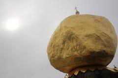 Den guld- Kyaiktiyo pagoden vaggar, den myanmar Burman med molnet royaltyfri foto