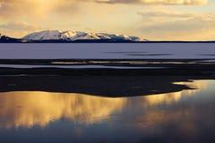 den guld- laken reflekterar av solnedgången yellowstone Royaltyfri Fotografi