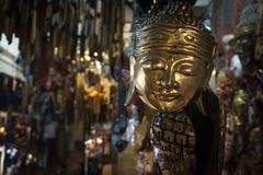 Den guld- mänskliga maskeringen visade i ett galleri royaltyfri foto