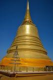 Den guld- monteringen av pagodaen förlägger Fotografering för Bildbyråer