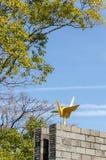 Den guld- origamikranstatyn i Nagasaki fred parkerar, Nagasaki, Japan royaltyfria foton