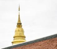den guld- pagoden i den Thailand templet med himmel Arkivbild