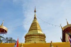 Den guld- pagoden innehåller flätade ihop be torkduken för Buddha askaen i Wat Phrathat Doi Kham den forntida templet i Thailand Royaltyfri Foto