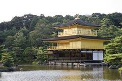 Den guld- paviljongen och den omgeende trädgården Fotografering för Bildbyråer