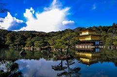 Den guld- paviljongen under molnen Arkivfoton