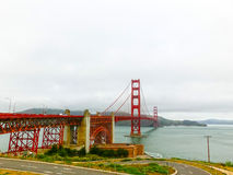 Den guld- portbron i en dimma i San Francisco Royaltyfri Foto