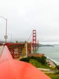 Den guld- portbron i en dimma i San Francisco Royaltyfri Fotografi