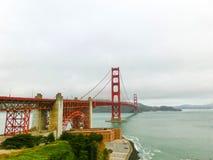 Den guld- portbron i en dimma i San Francisco Royaltyfria Foton