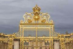 Den guld- porten av slotten av Versailles, eller Chateau de Versailles eller enkelt Versailles, i Frankrike Arkivbilder