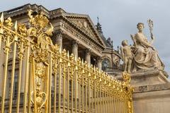 Den guld- porten av slotten av Versailles, eller Chateau de Versailles eller enkelt Versailles, i Frankrike Arkivfoton