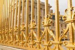 Den guld- porten av slotten av Versailles, eller Chateau de Versailles eller enkelt Versailles, i Frankrike Royaltyfri Bild