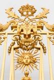 Den guld- porten av slotten av Versailles, eller Chateau de Versailles eller enkelt Versailles, i Frankrike Royaltyfri Fotografi