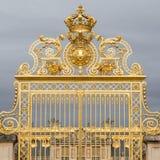 Den guld- porten av slotten av Versailles, eller Chateau de Versailles eller enkelt Versailles, i Frankrike Arkivbild
