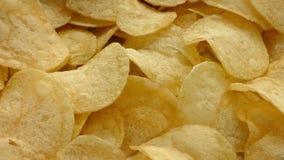 Den guld- potatisen gå i flisor stock video