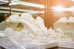 Den guld- smyckendiamanten shoppar med cirklar och halsband Arkivfoto