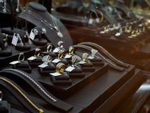 Den guld- smyckendiamanten shoppar med lyxiga cirklar och halsband Royaltyfri Fotografi