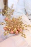Den guld- snowflaken royaltyfria foton